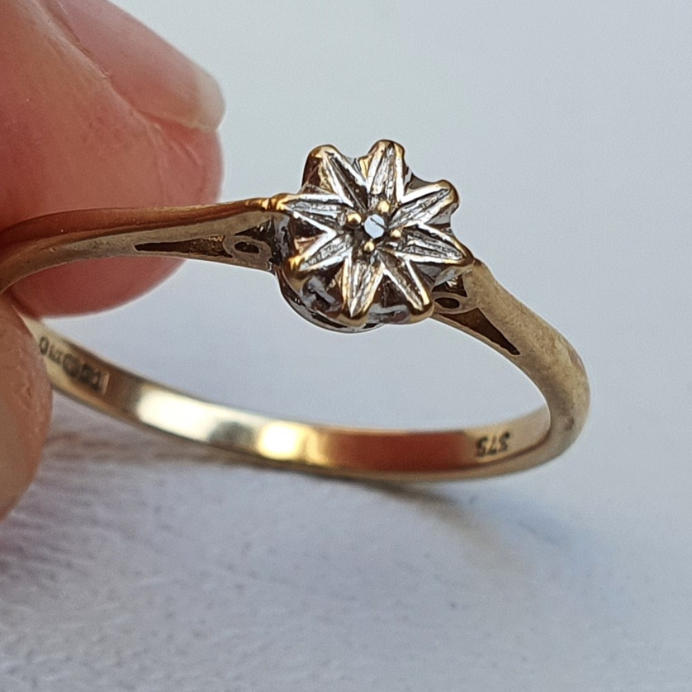 Product photo for 9ct Yellow Gold Diamond in Star / Flower Ring Size M